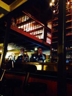 Un bar acotado y cumplidor.